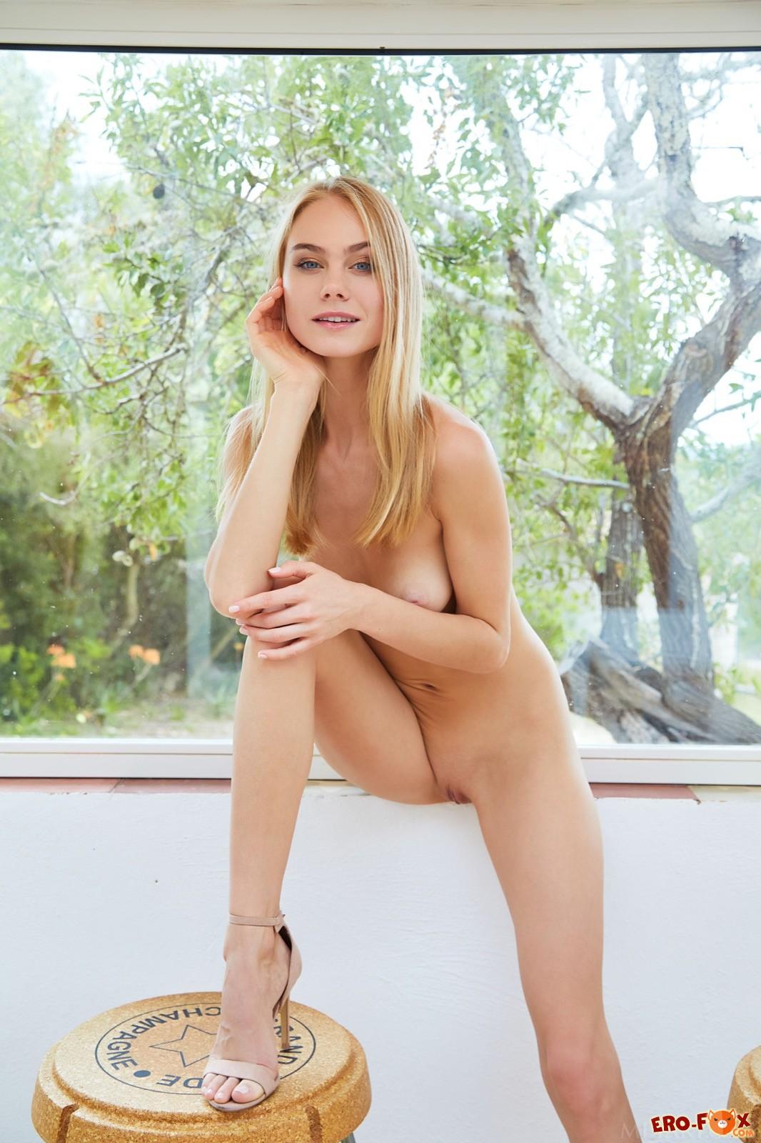 Блондинка в прозрачном платье с упругими ягодицами - фото