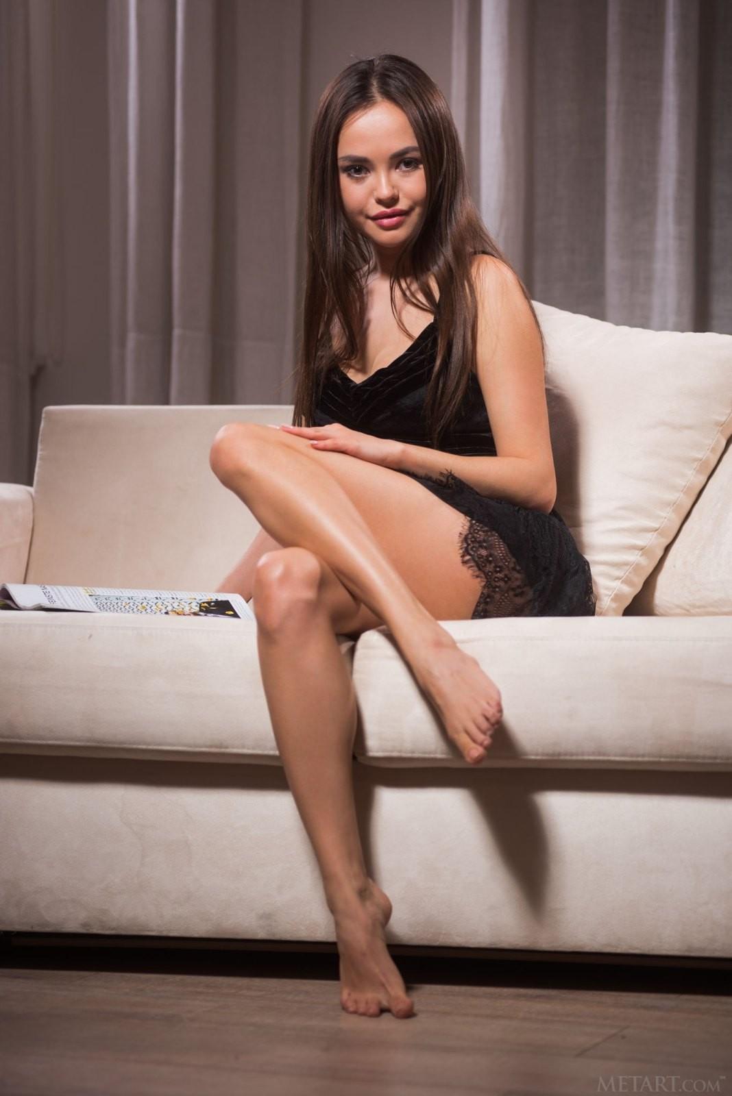 В платье без трусиков на диване - фото