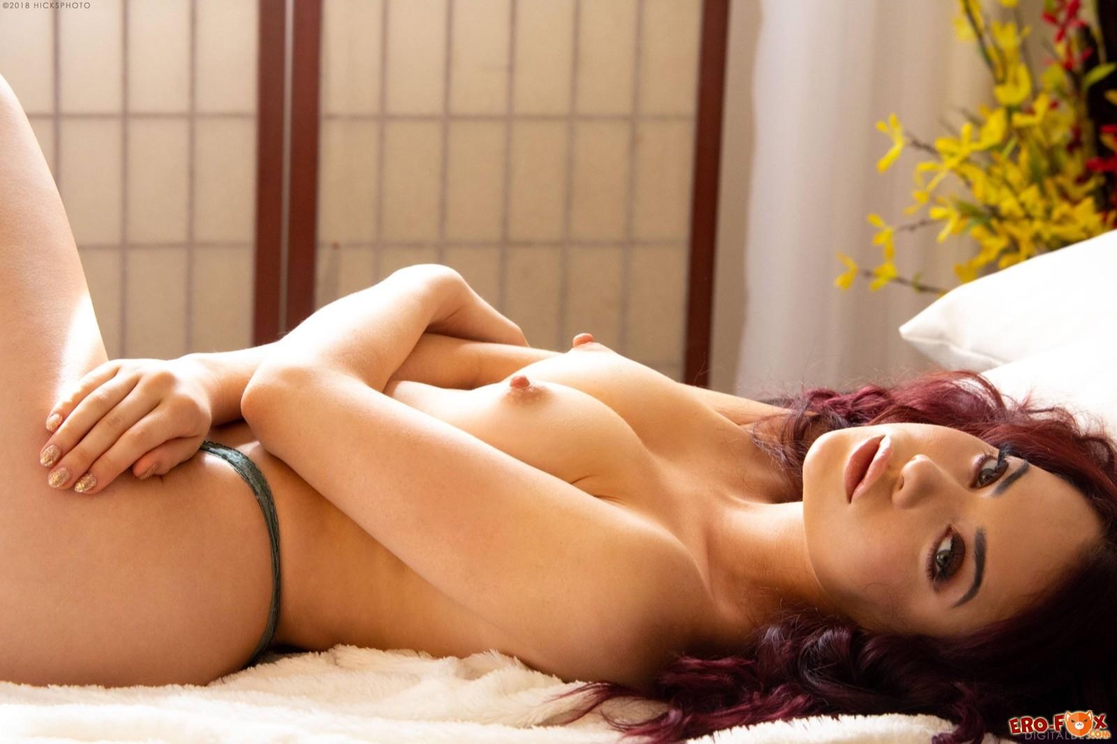 Девушка с сочной попой и торчащими сосками в постели - фото
