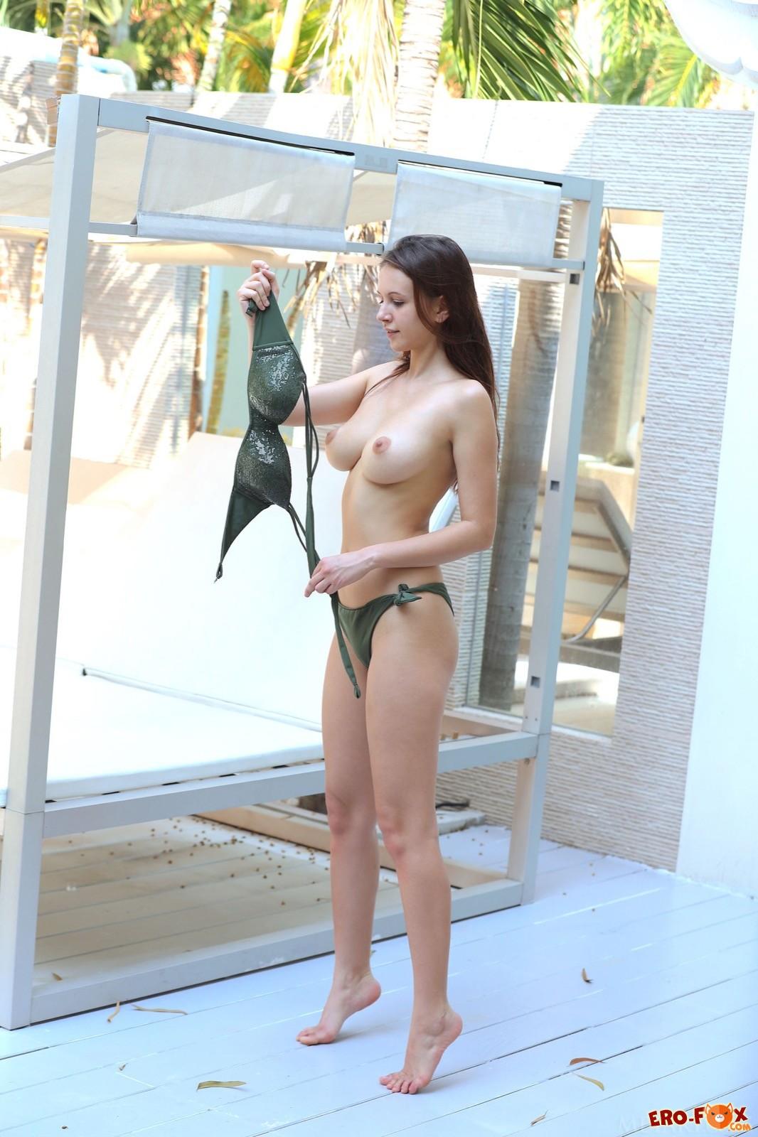 Девушка снимает белье показывая красивую грудь - фото