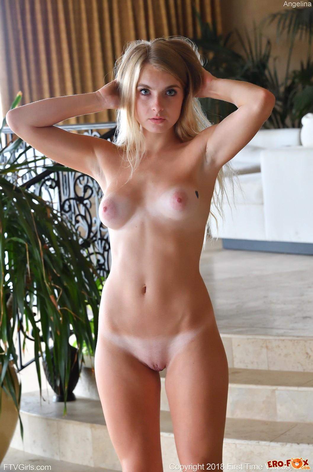 Красивая блондинка скидывает облегающее платье - фото
