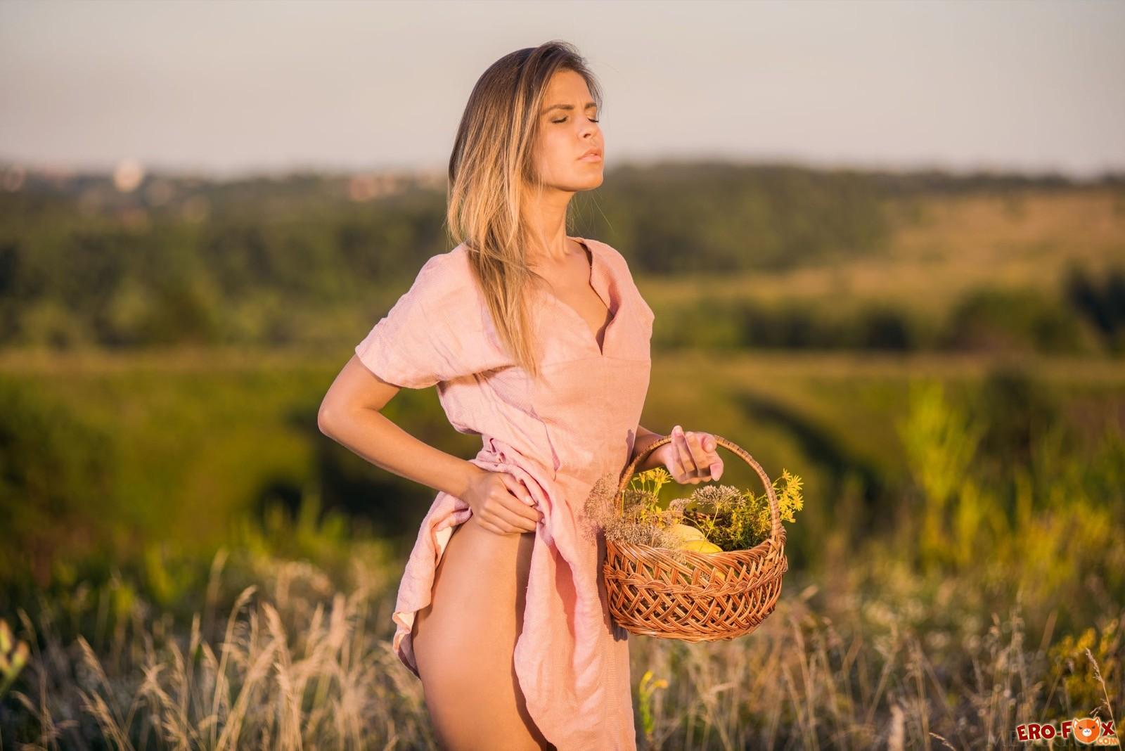 Красотка сняла платье показав сексуальное тело в поле - фото