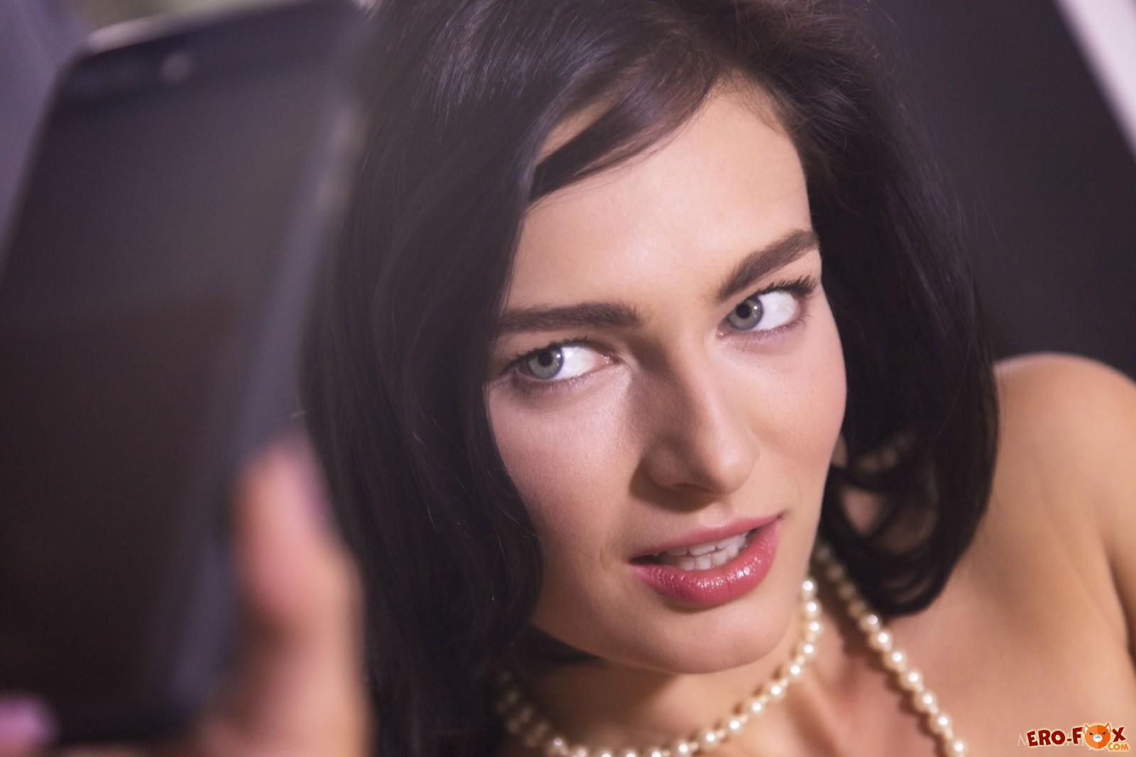 Развратная брюнетка в чулках фоткает себя на телефон - эротика