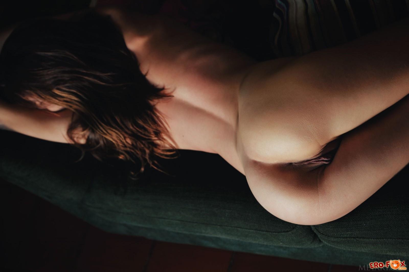 Милашка в коротком платье засветила упругую попку - фото