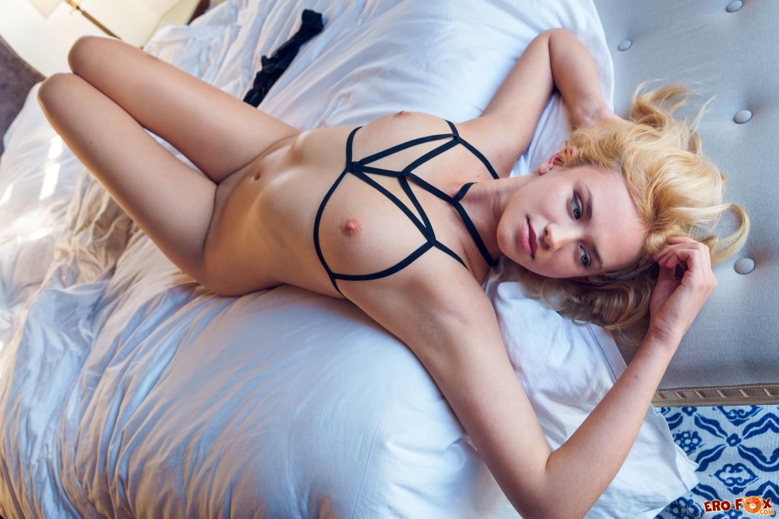Блондиночка в эротичном бельё с сексуальным телом  - фото