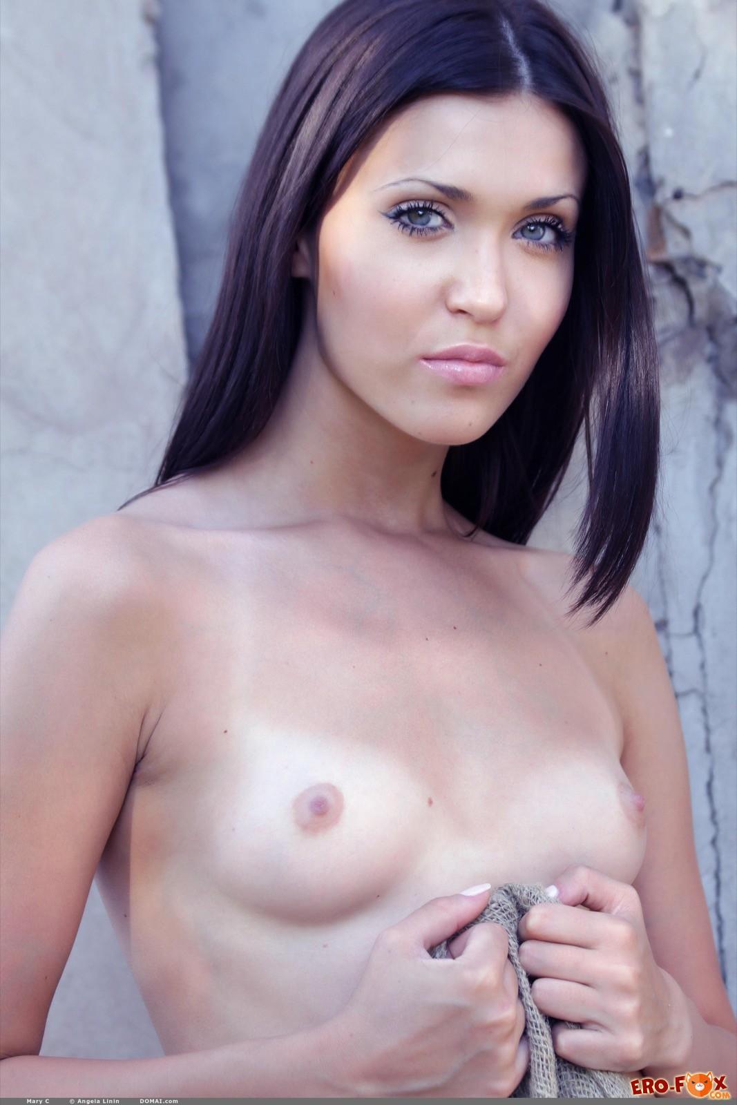 Высокая голая брюнетка разделась на пустыре - фото