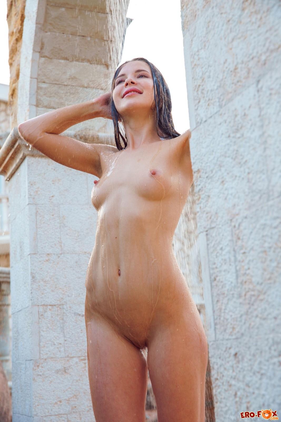 Худая голая брюнетка моется  - фото