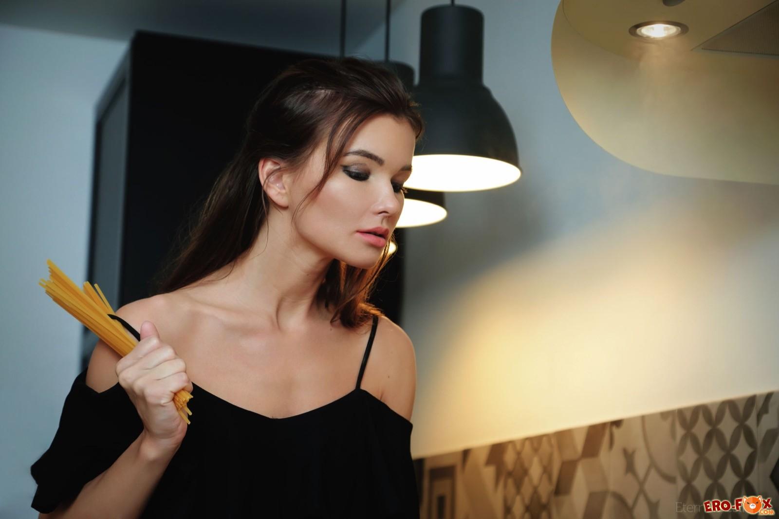 Худая домохозяйка прогнулась раком на кухне - фото