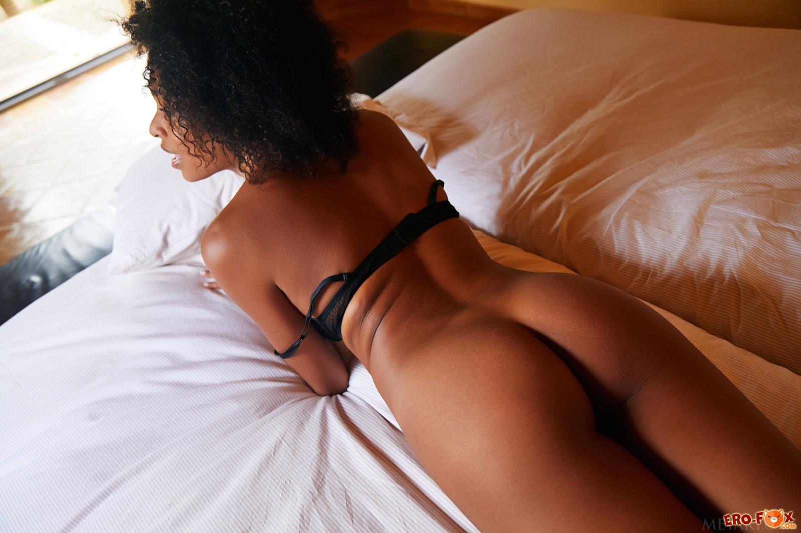 Негритянка с голой сексуальной жопой в постели - фото