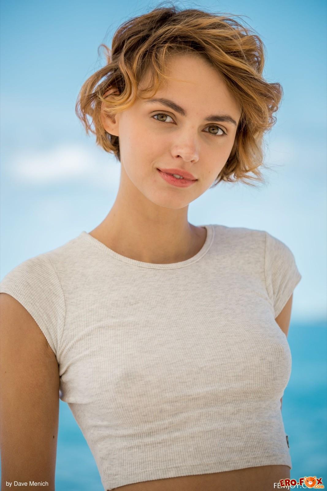 Голая молодая девушка с красивым телом на море - фото