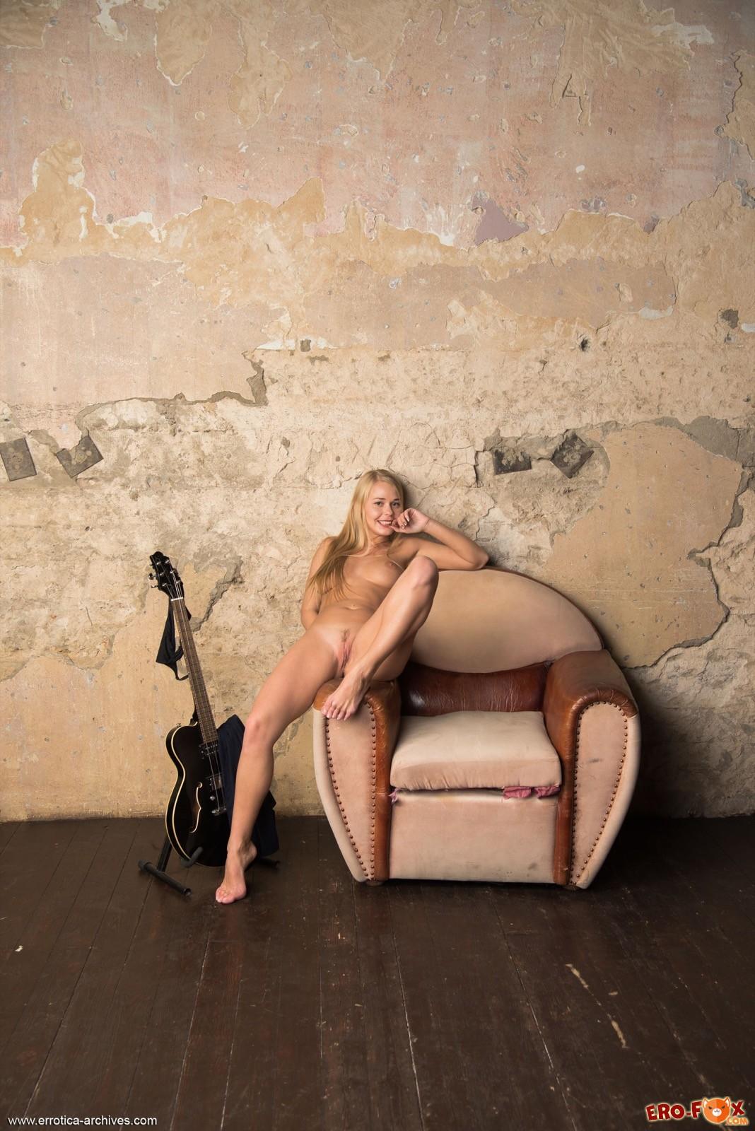 Блонда с сочной крупной попой и упругими дойками - фото