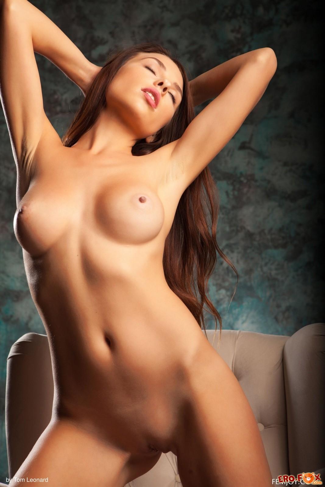 Шикарная девушка с сочным телом стянула платье - фото