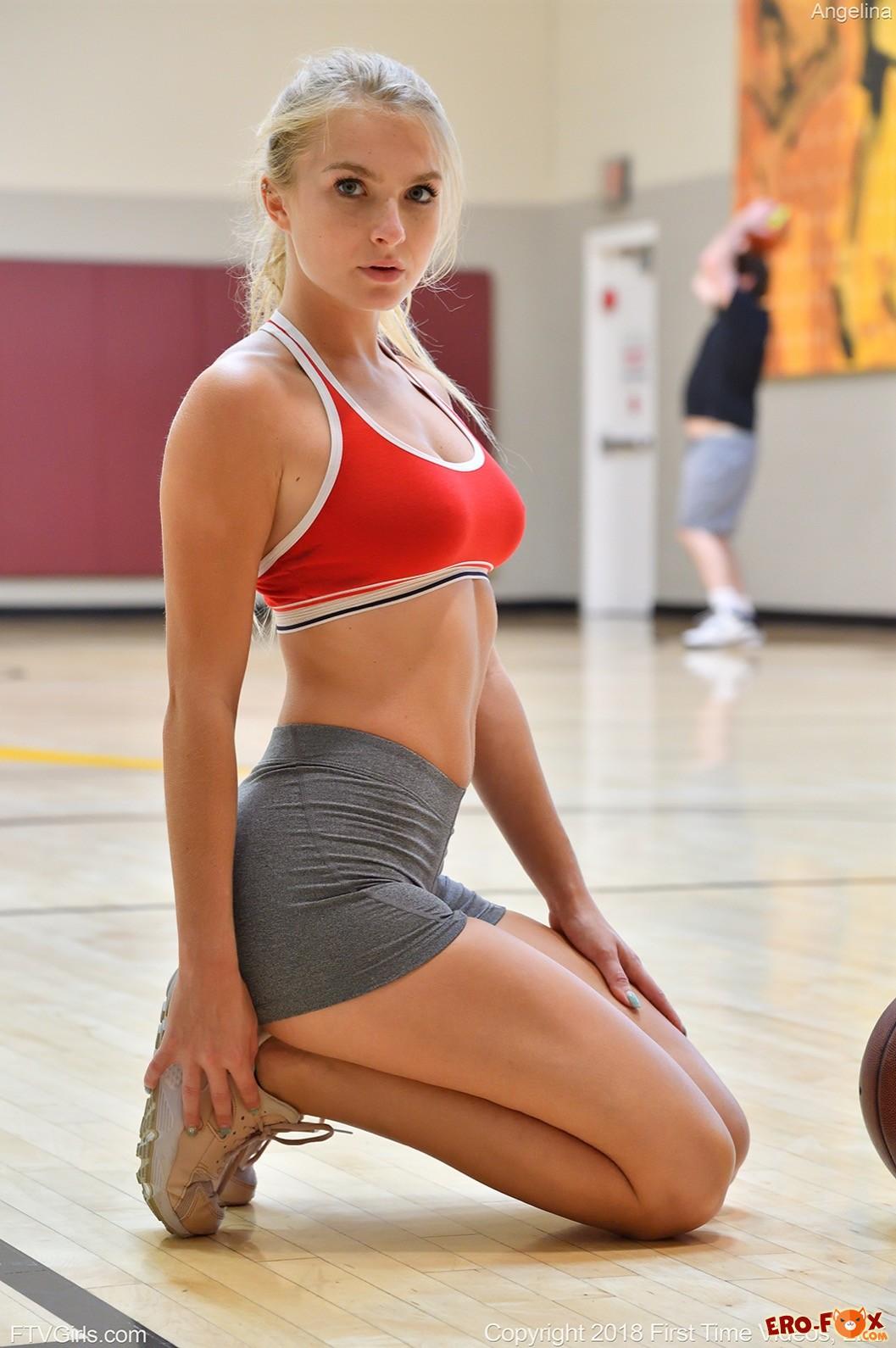 Блондинка в топике и шортиках засветила сиськи и попу - фото