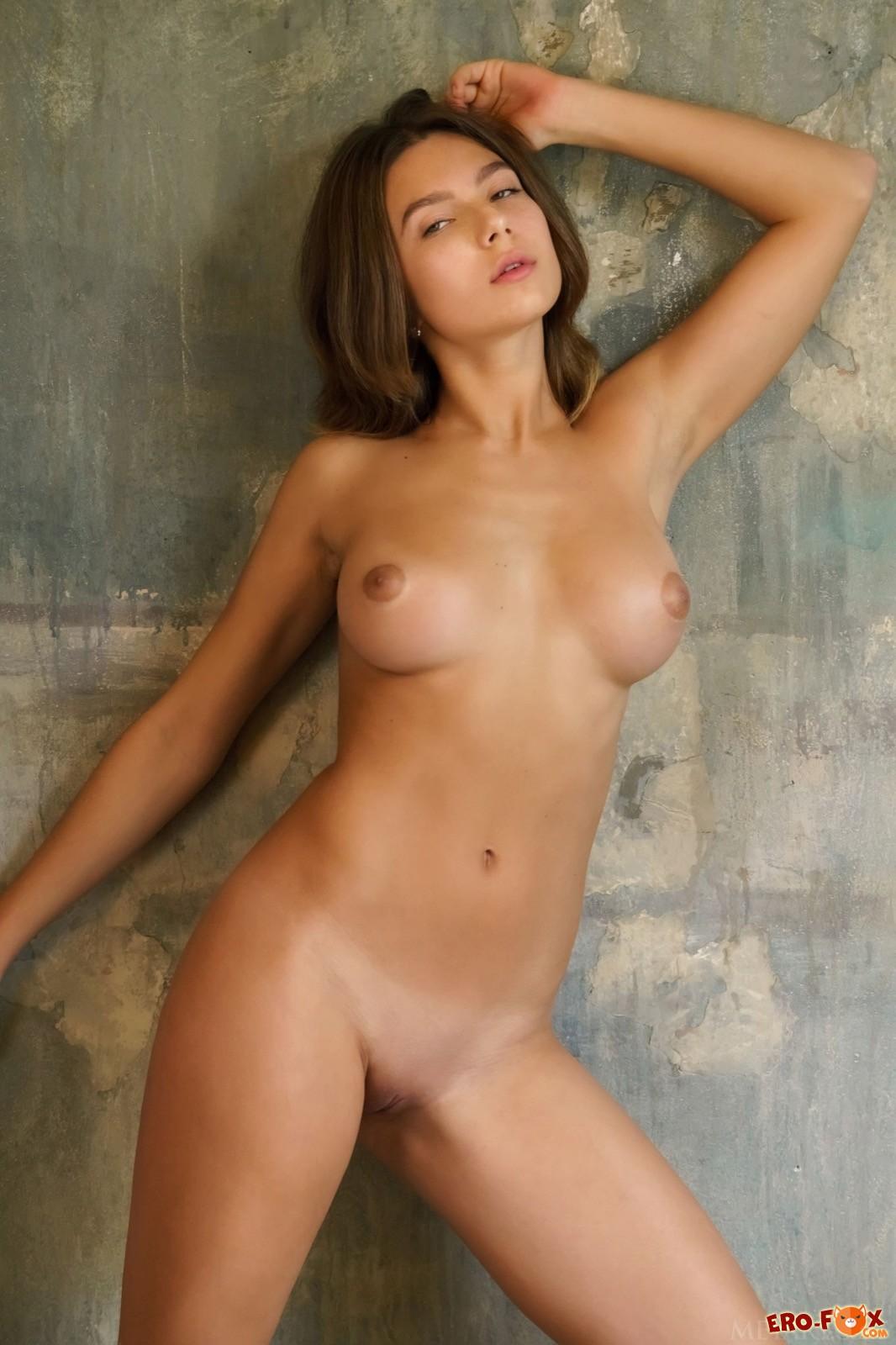 Грудастая модель в корсете оголила красивое тело - фото