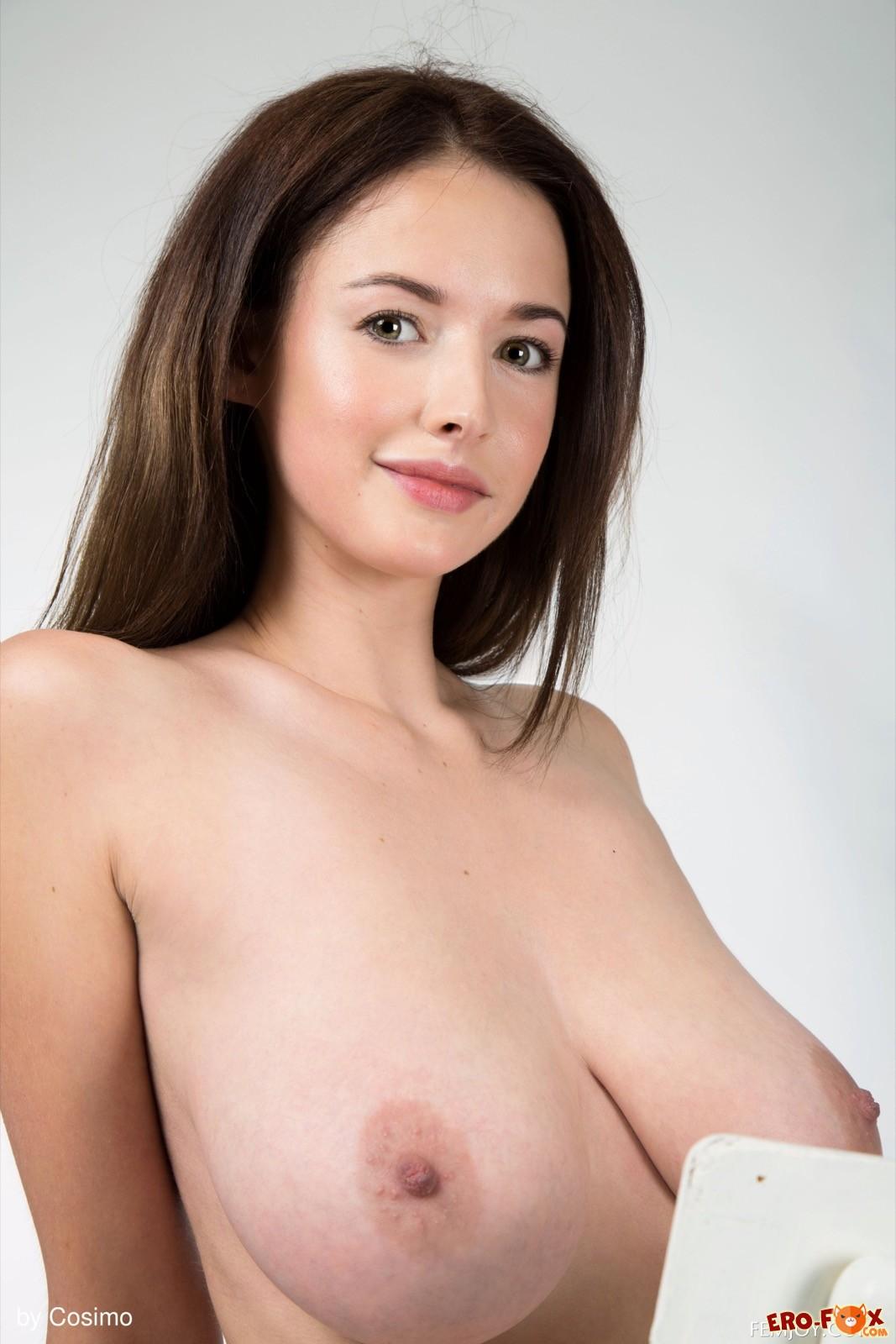 Красивая модель с огромными висячими сиськами - фото