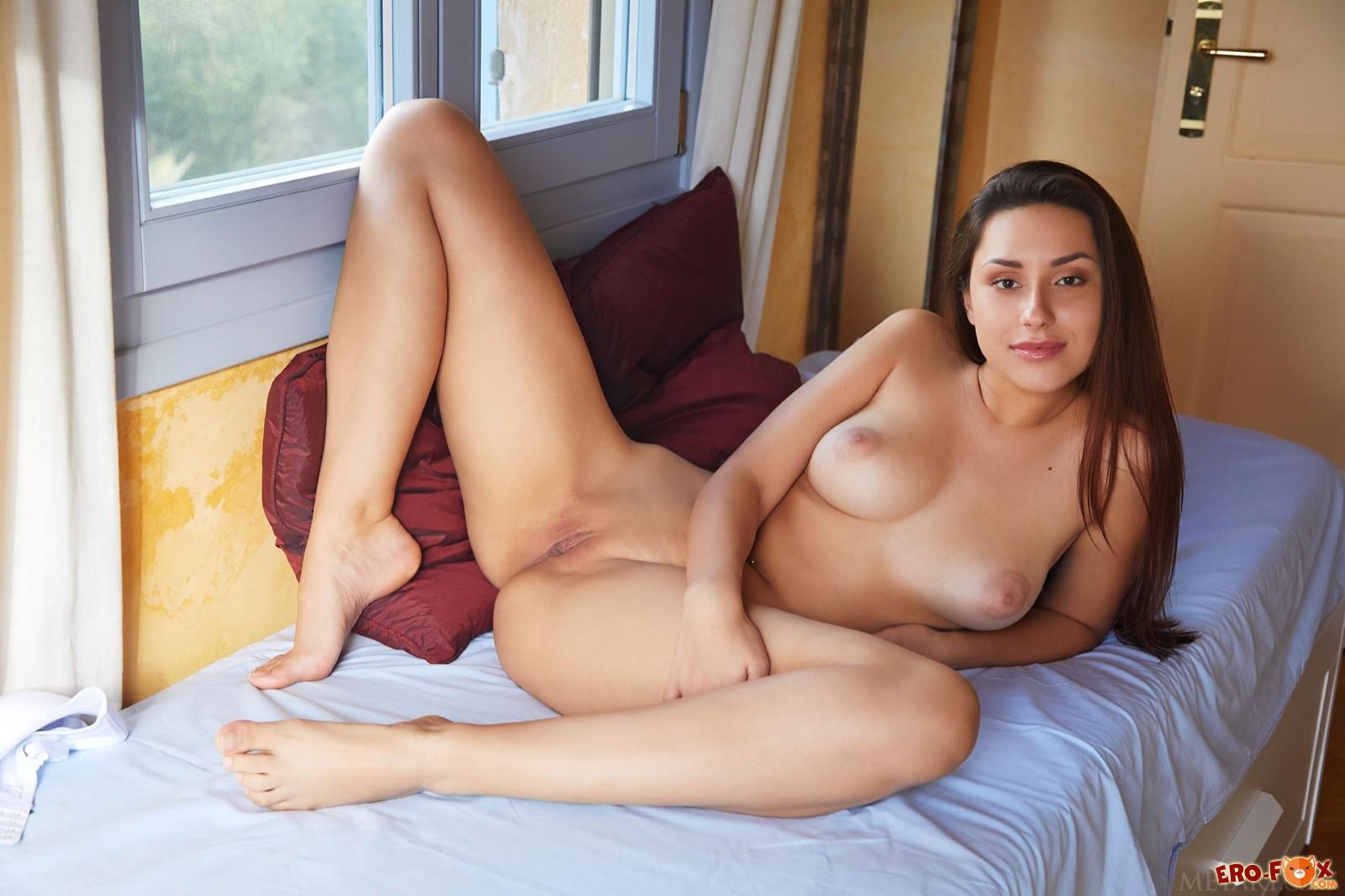 Обаятельная девица оголила сексуальное тело у окна - фото
