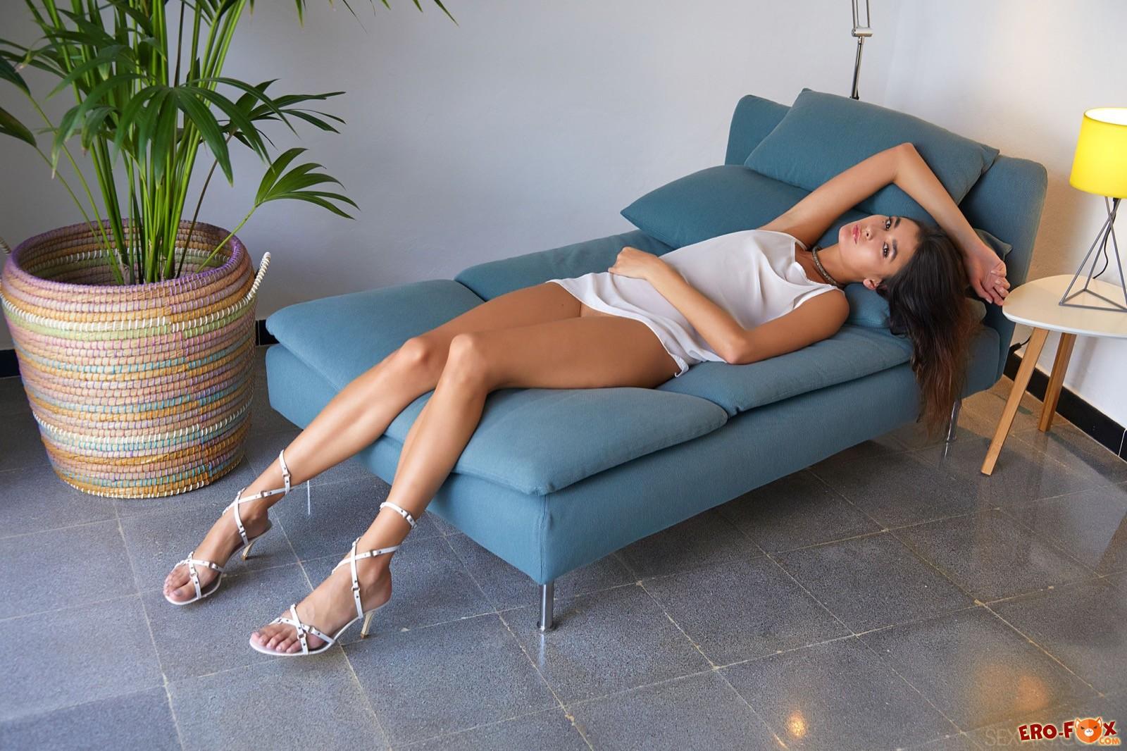 Молодая девка с длинными ноги и плоской грудью - фото