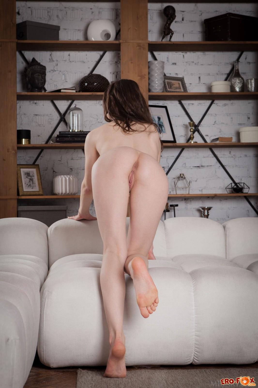 Нагая девка засвечивает сочную попку и большую грудь - фото
