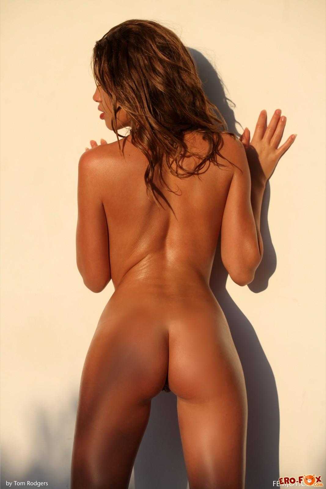 Нагая девица с пышными губами и упругой грудью - фото