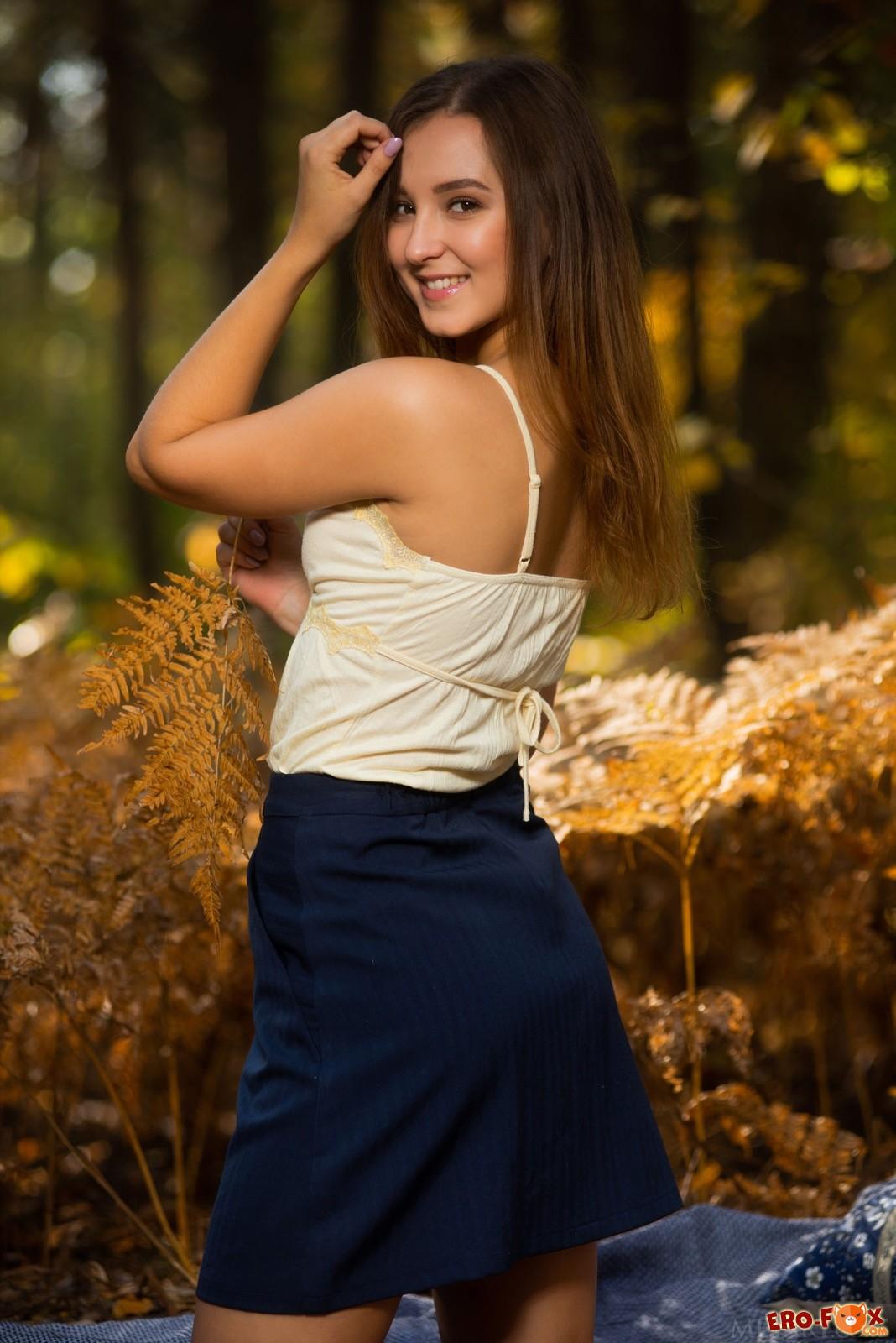 Шатенка с классной жопой сняла юбку на природе - фото