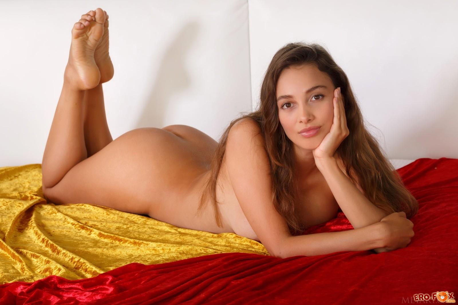 Игривая деваха в кружевном боди оголилась в постели - фото