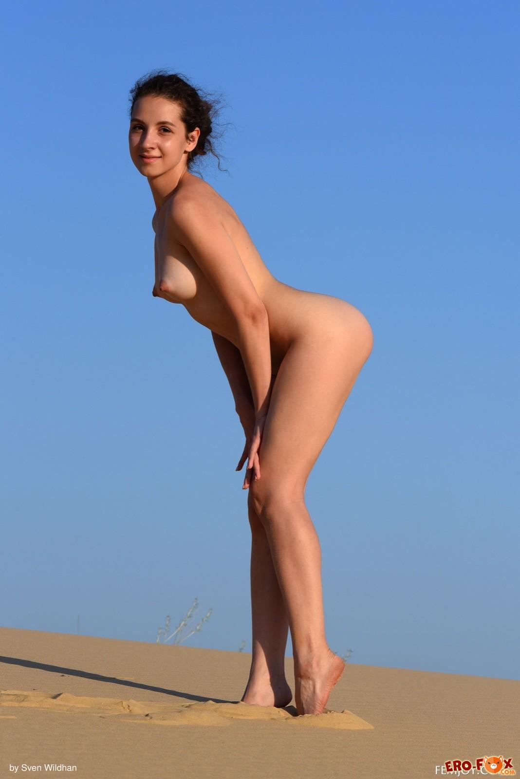 Красивая модель эротично позирует голая в пустыне - фото
